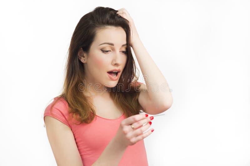 donna graziosa che esegue test di gravidanza fotografie stock