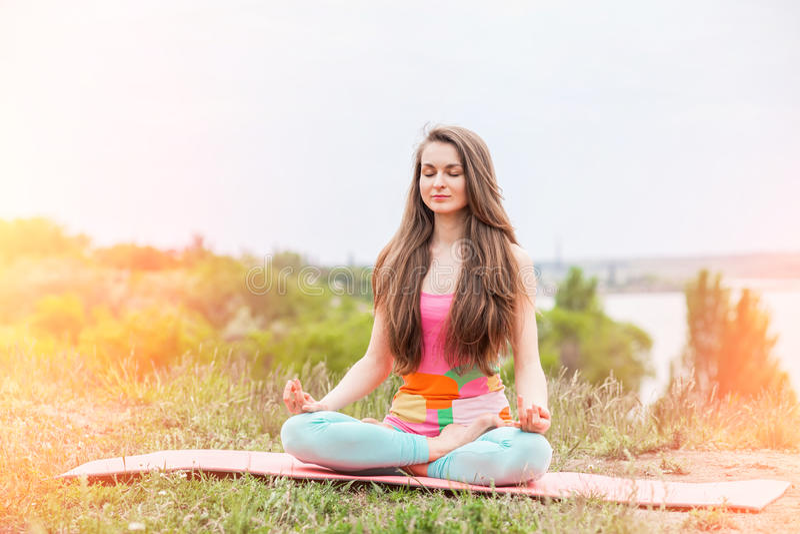 Download Donna Graziosa Che Fa Gli Esercizi Di Yoga Sul Paesaggio Della Natura Immagine Stock - Immagine di meditate, bellezza: 55364193