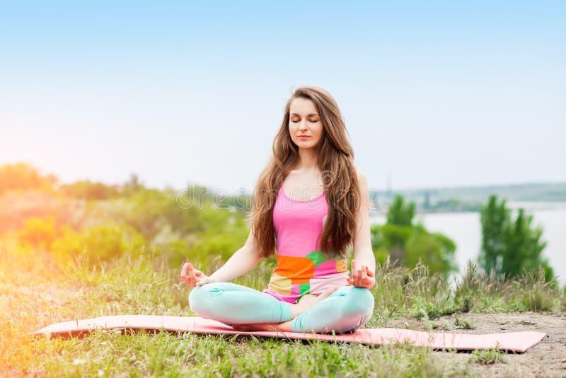 Download Donna Graziosa Che Fa Gli Esercizi Di Yoga Sul Paesaggio Della Natura Fotografia Stock - Immagine di sorridere, sottile: 55364570