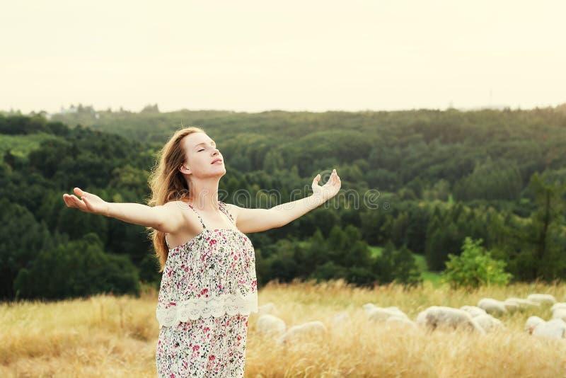 Donna graziosa che gode dell'aria fresca immagine stock libera da diritti