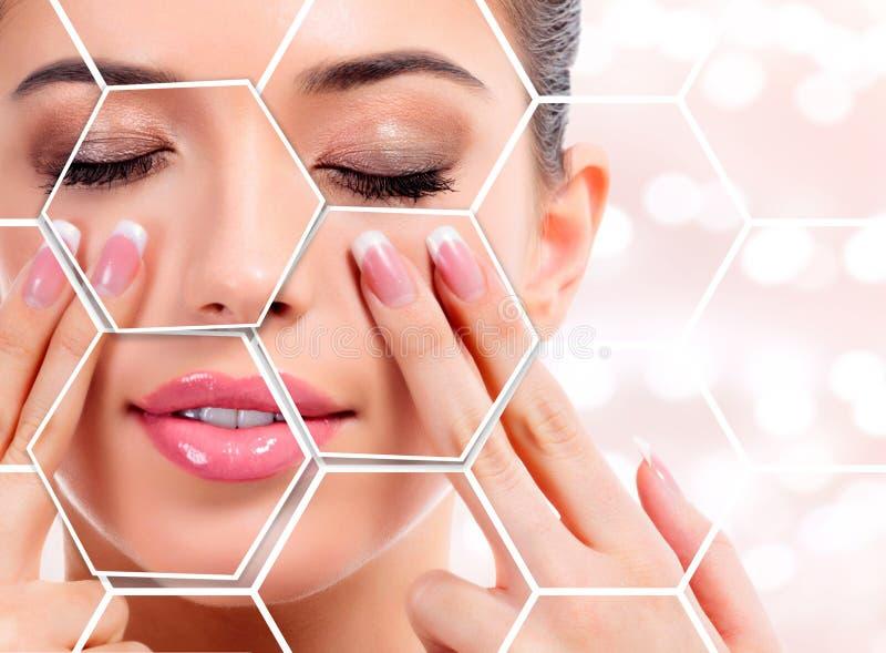 Donna graziosa che massaggia il suo fronte, concetto di trattamento della pelle immagine stock