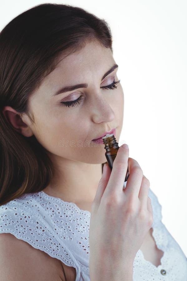 Donna graziosa che odora tintura alternativa fotografia stock