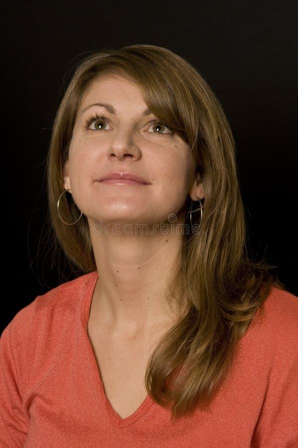 Donna graziosa che osserva in su immagini stock