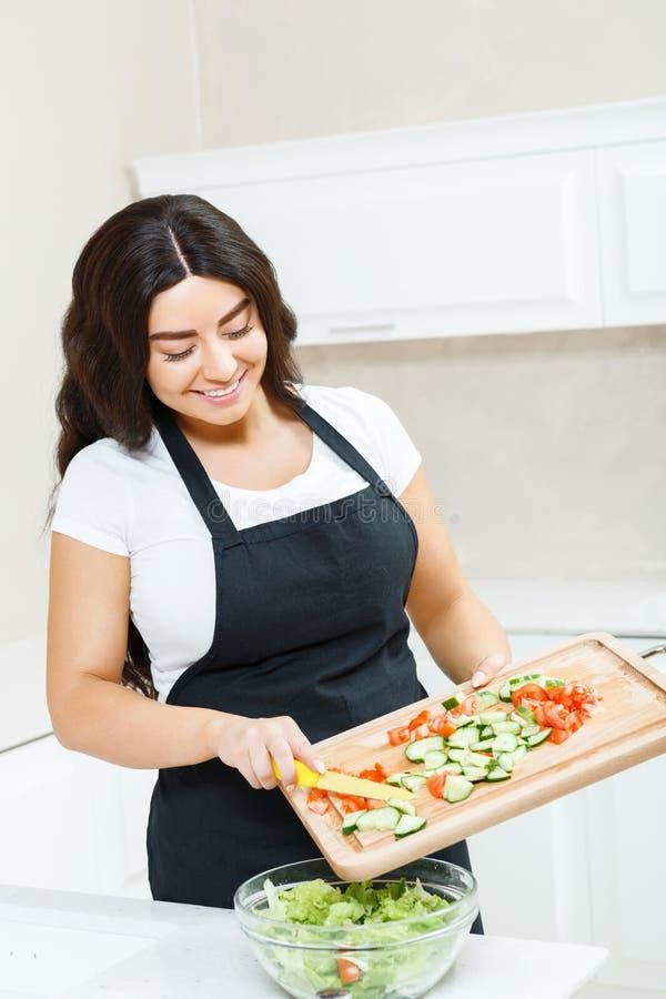 Download Donna Graziosa Che Produce Insalata Fotografia Stock - Immagine di coppie, gioia: 55351636
