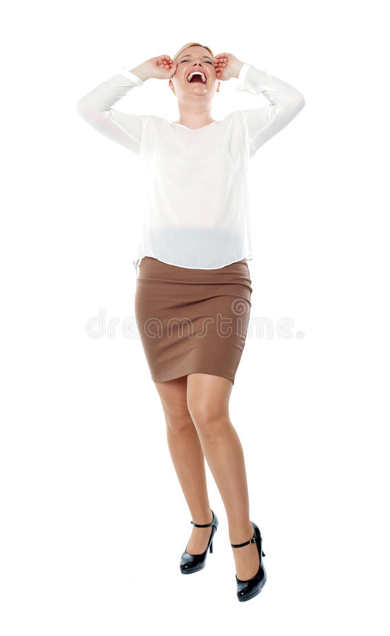 Donna graziosa che ride alto. Colpo integrale immagini stock libere da diritti