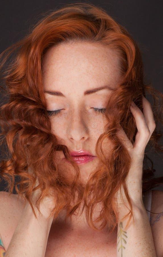 Donna graziosa con capelli rossi ondulati immagine stock libera da diritti
