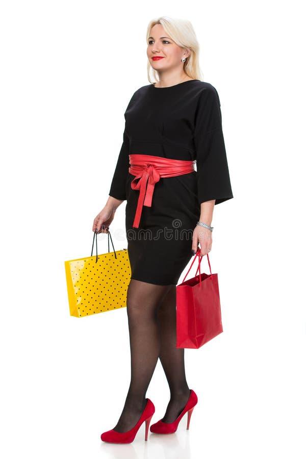 Donna graziosa con i sacchetti della spesa fotografia stock libera da diritti