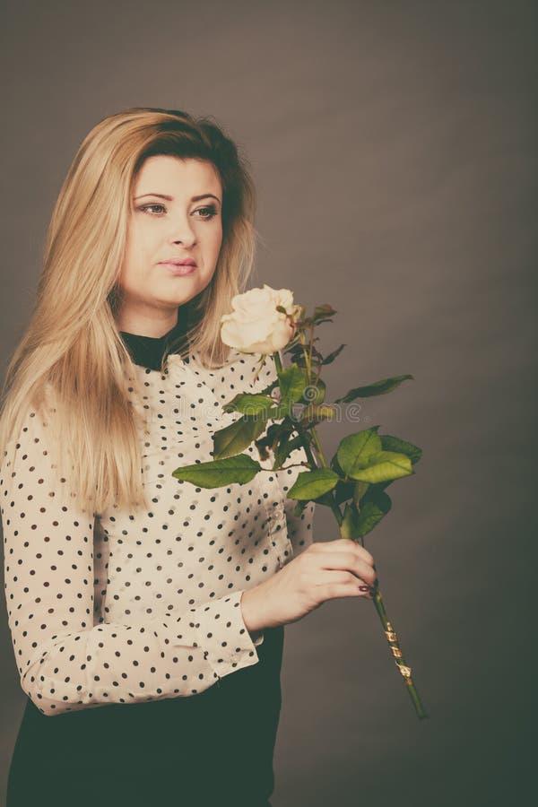 Donna graziosa con il fiore della rosa di bianco immagine stock libera da diritti