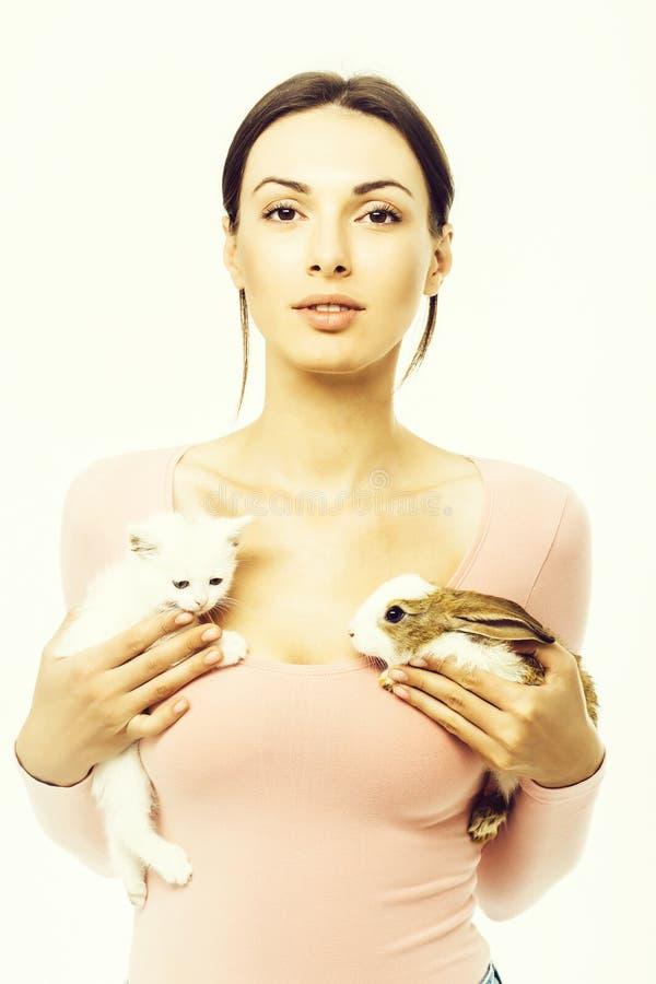 Donna graziosa con il gattino ed il coniglio isolati immagini stock libere da diritti