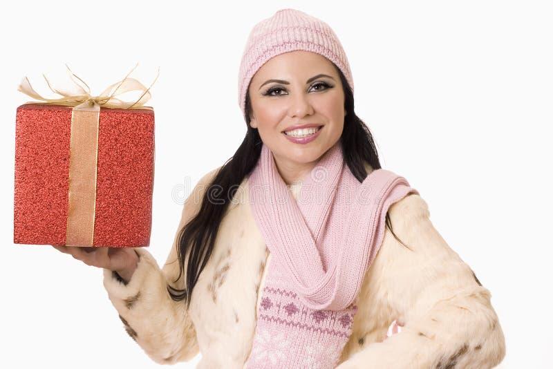 Donna graziosa con il regalo (o il vostro prodotto) fotografie stock