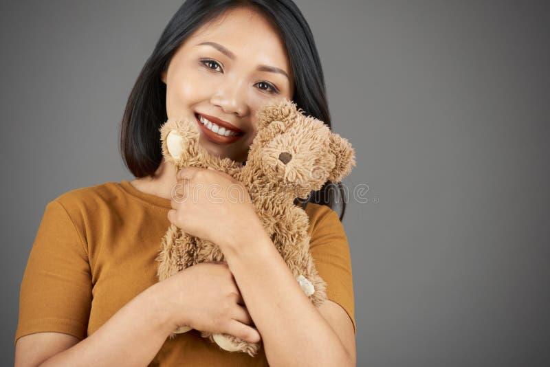 Donna graziosa con l'orso di orsacchiotto fotografia stock