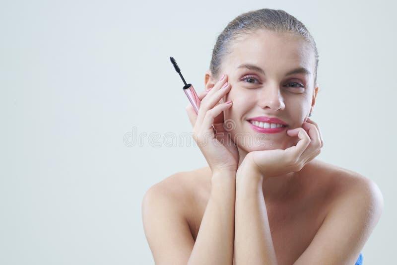 Donna graziosa con la spazzola della mascara fotografia stock libera da diritti