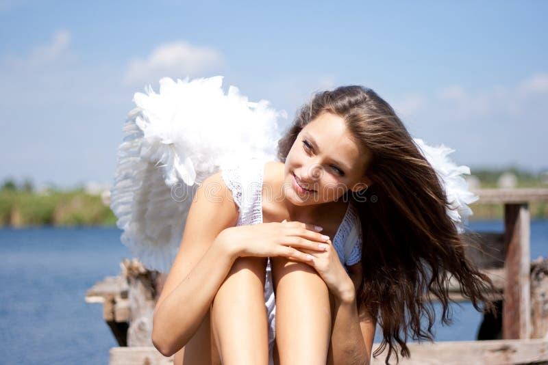 Donna graziosa con le ali di angelo immagini stock libere da diritti