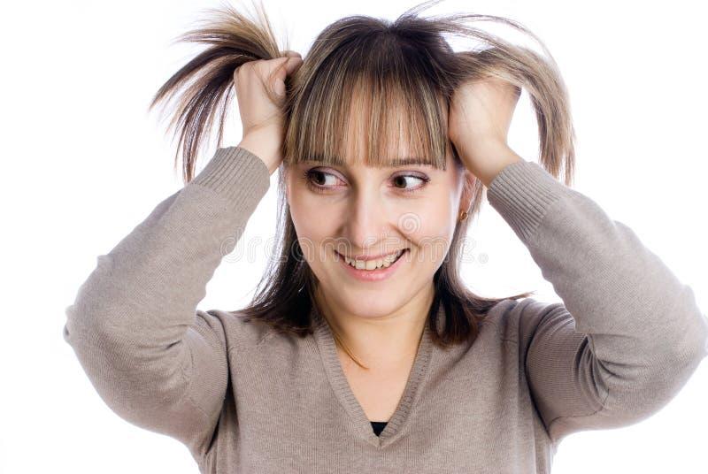 Donna graziosa con le mani in capelli fotografie stock