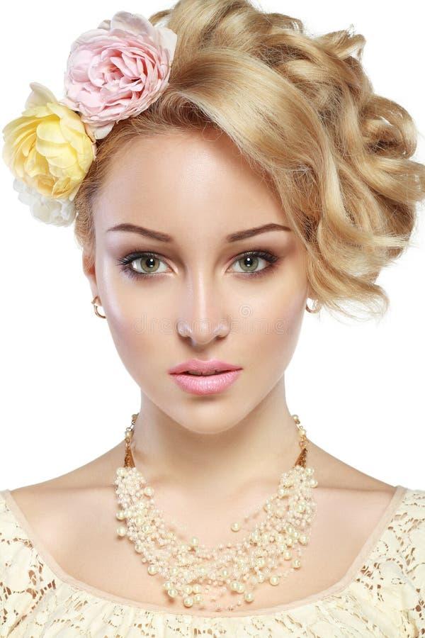 Donna graziosa con le rose immagine stock