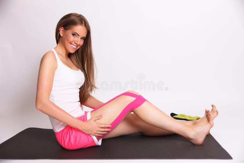 Donna graziosa con nastro adesivo di kinesio immagine stock