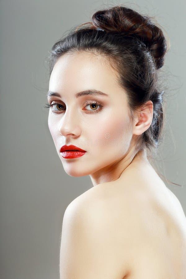 Donna graziosa con rossetto rosso fotografia stock libera da diritti