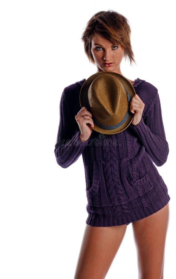 Donna graziosa con un cappello fotografia stock libera da diritti