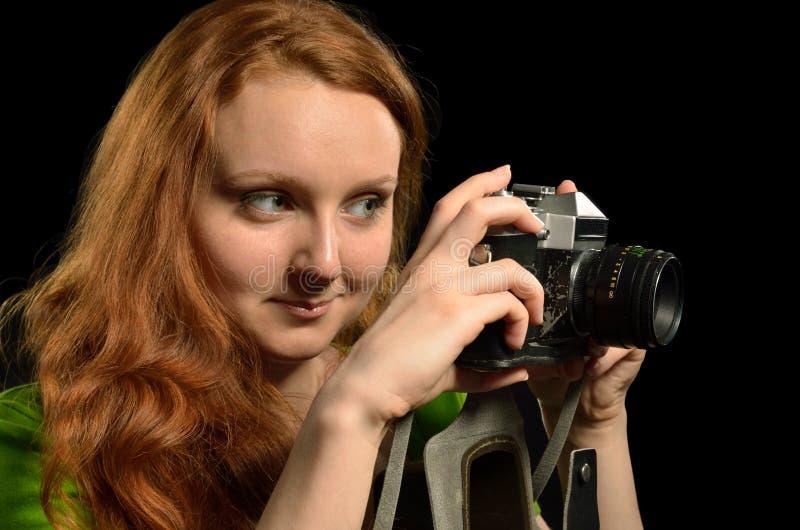 Donna graziosa con un vecchio photocamera del film immagini stock libere da diritti