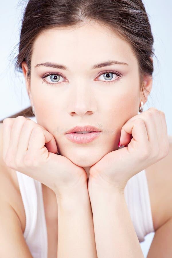 Donna graziosa degli occhi azzurri del brunette immagini stock libere da diritti