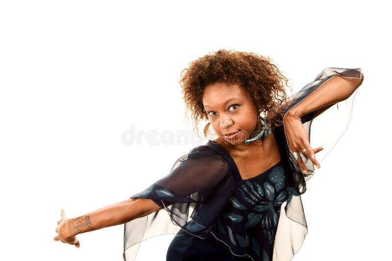 Donna graziosa del African-American in vestito dalla discoteca immagine stock