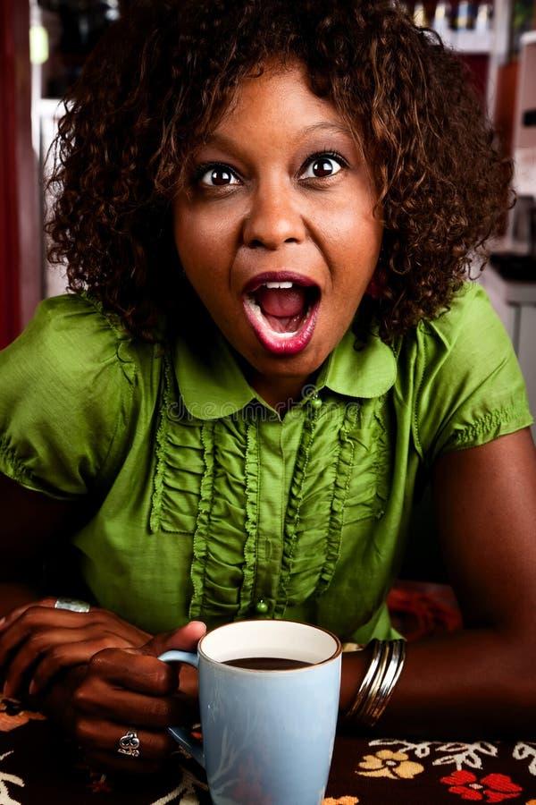 Donna graziosa dell'afroamericano con espresso scosso fotografia stock libera da diritti