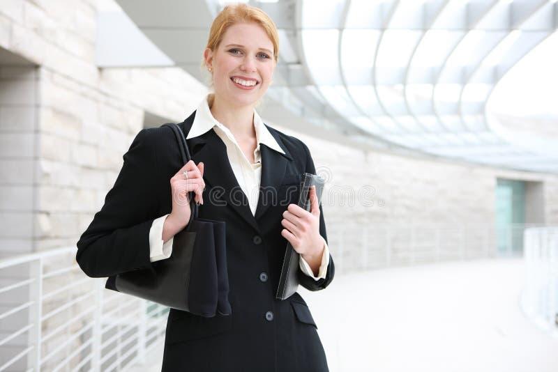 Donna graziosa di affari all'ufficio fotografia stock libera da diritti