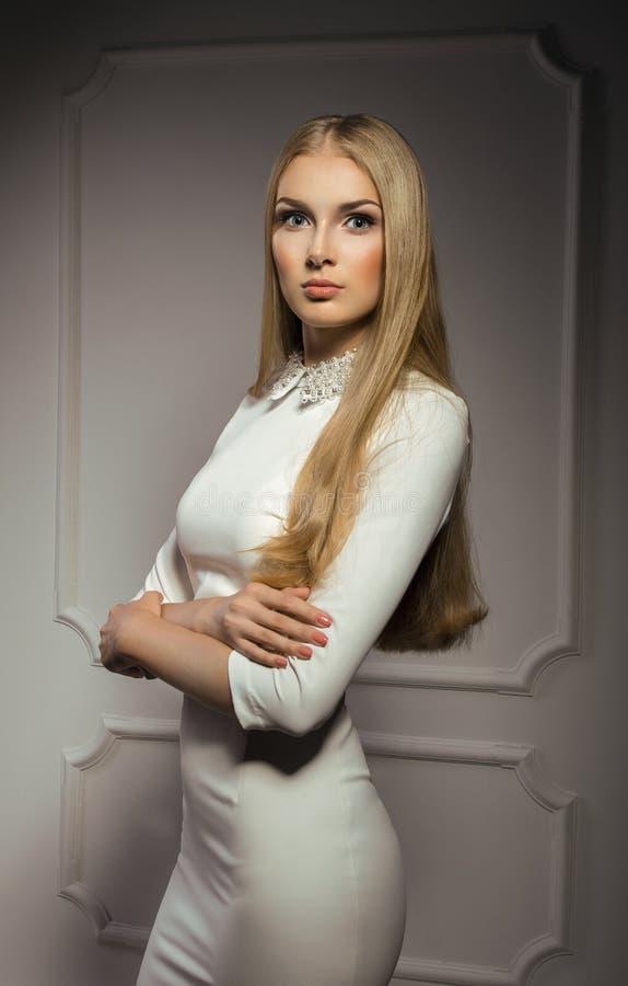 Donna graziosa di buiseness in vestito bianco fotografia stock