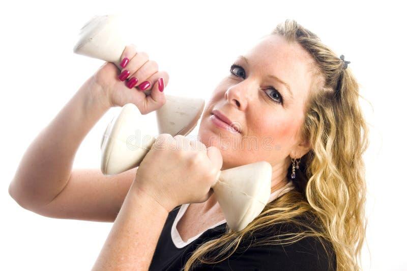 Donna graziosa di Medio Evo che si esercita con i dumbells immagini stock