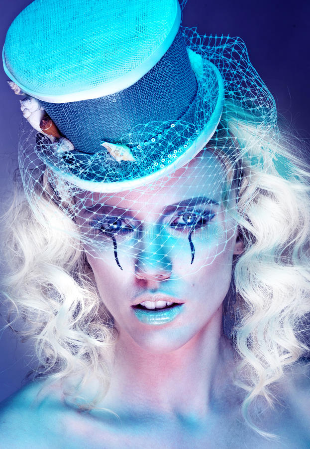 Donna graziosa di modo futuristico fotografia stock libera da diritti