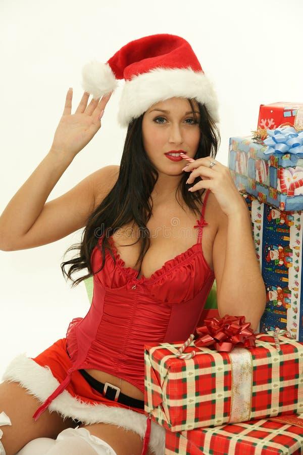 Donna graziosa di natale che porta il cappello di Santa fotografia stock
