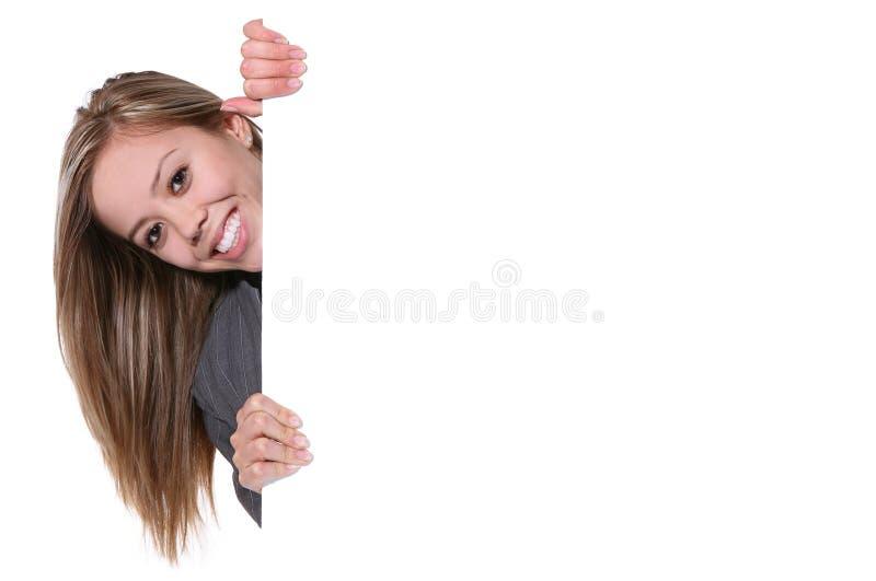 Donna graziosa dietro la parete immagini stock libere da diritti