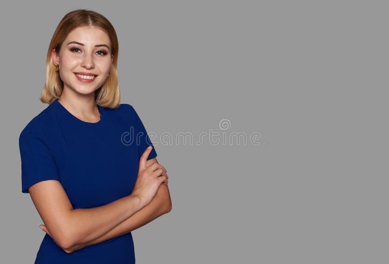 Donna graziosa felice che esamina macchina fotografica e sorridere immagini stock