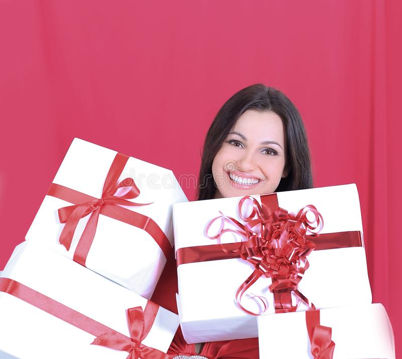 Donna graziosa felice che tiene molte scatole con i presente immagini stock libere da diritti