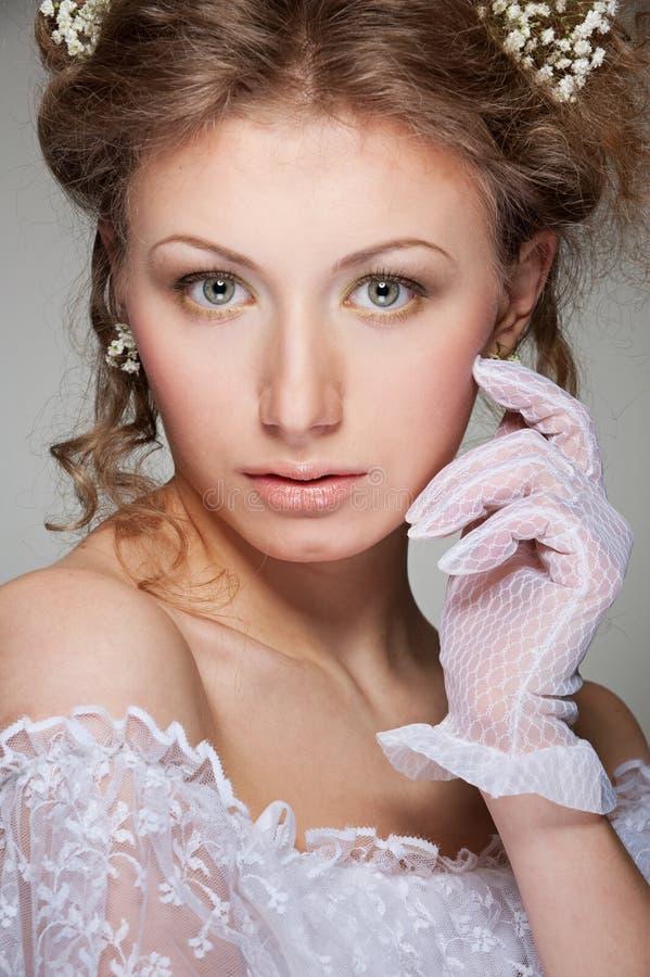 Donna graziosa in guanti bianchi fotografia stock libera da diritti