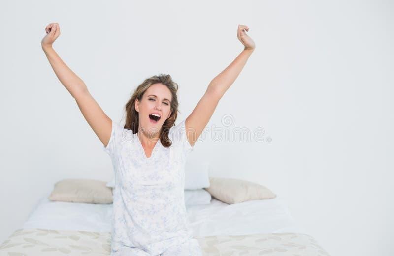 Donna graziosa a letto che allunga quando svegliano immagini stock libere da diritti