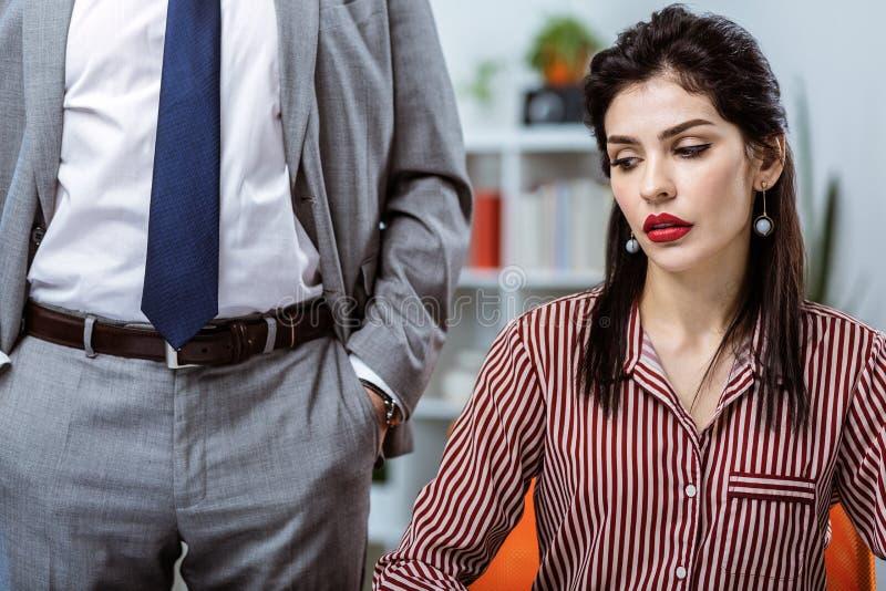 Donna graziosa mora infelice che è stancata dell'attenzione fotografia stock