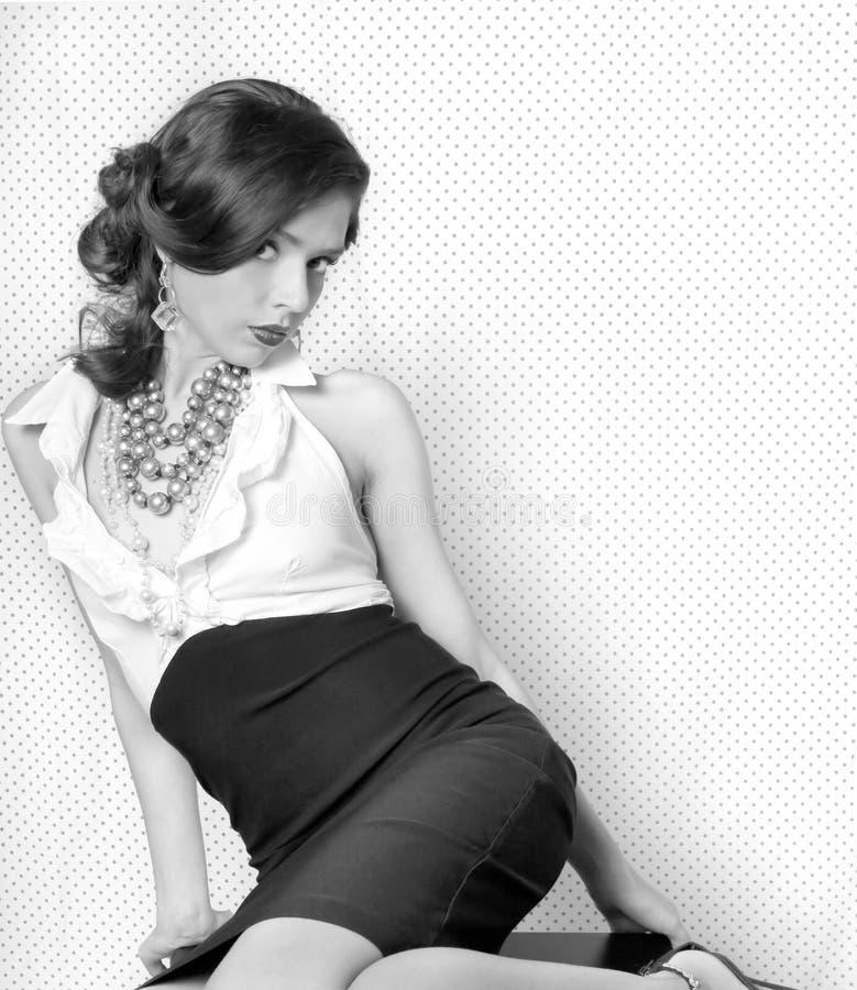 Donna graziosa nel retro stile dell'annata fotografia stock libera da diritti