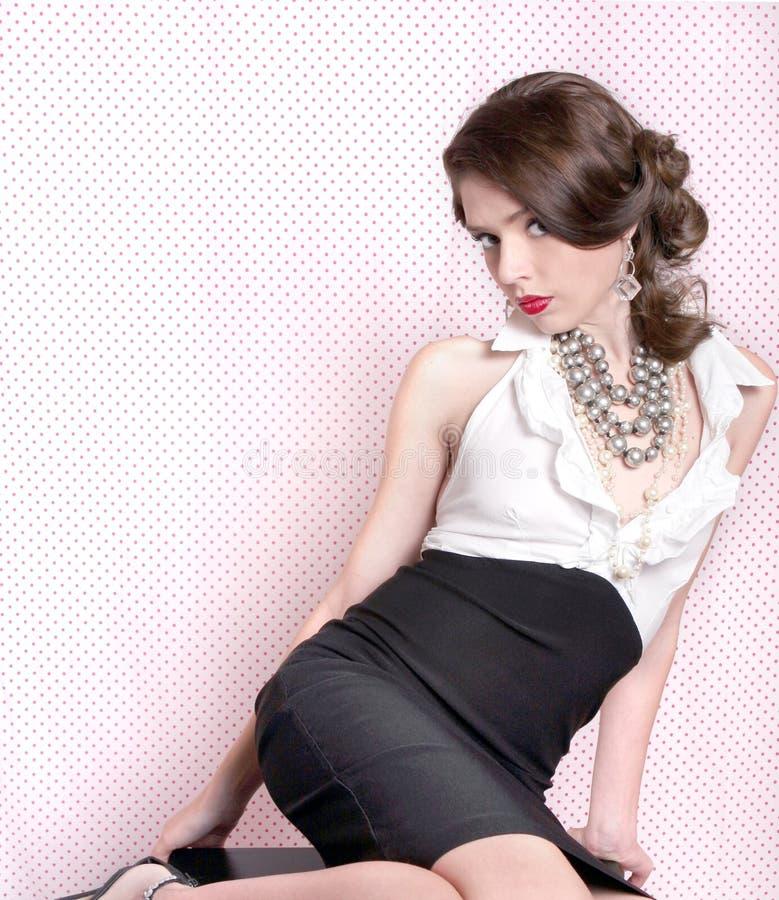 Donna graziosa nel retro stile dell'annata immagine stock