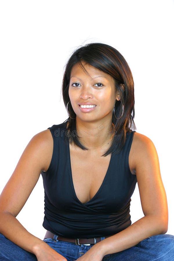 Donna graziosa nella posa di seduta fotografia stock libera da diritti