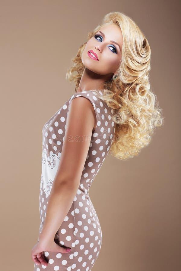 Donna graziosa nella retro Polka Dot Dress Looking Back fotografia stock libera da diritti