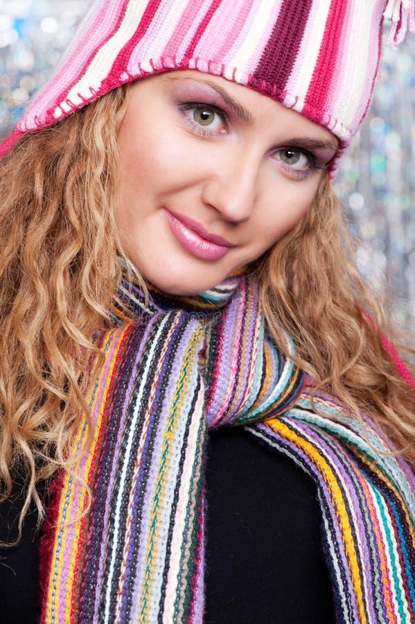 Donna graziosa in sciarpa e cappello a strisce fotografie stock
