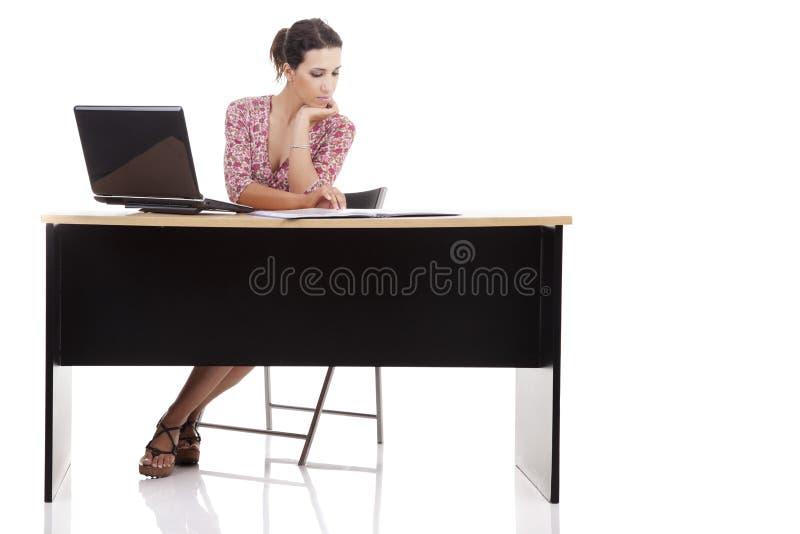 Donna graziosa in scrittorio con il calcolatore fotografia stock libera da diritti