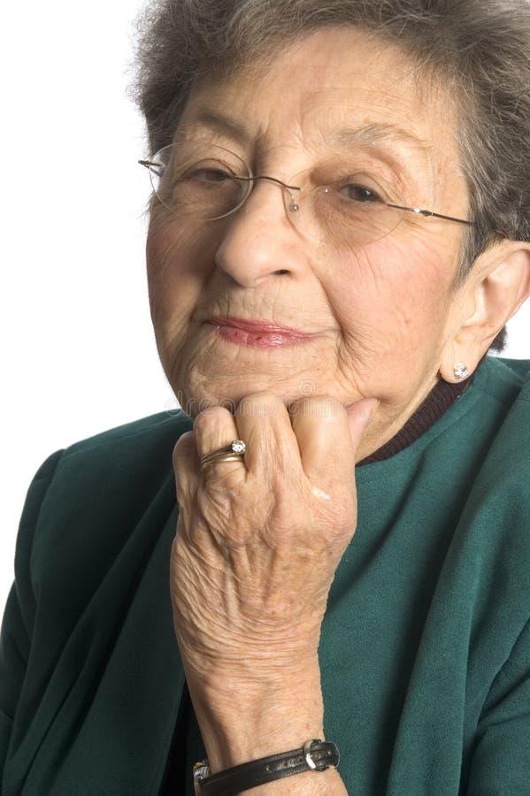 Donna graziosa soddisfatta fotografie stock libere da diritti
