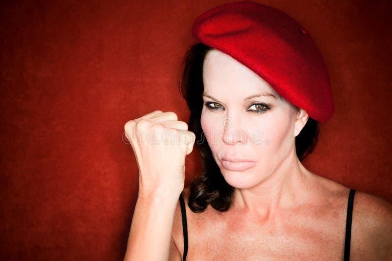 Donna graziosa in un berreto rosso immagini stock libere da diritti