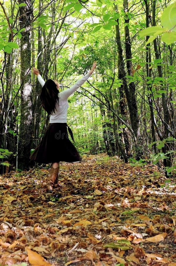 Donna graziosa in una foresta immagine stock libera da diritti