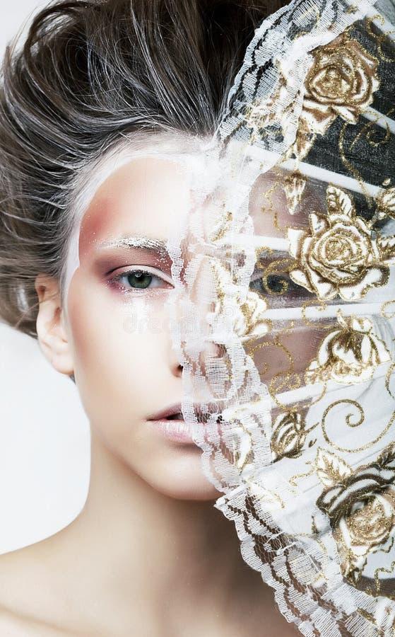 Donna graziosa - ventilatore trasparente dell'annata - retro fotografia stock