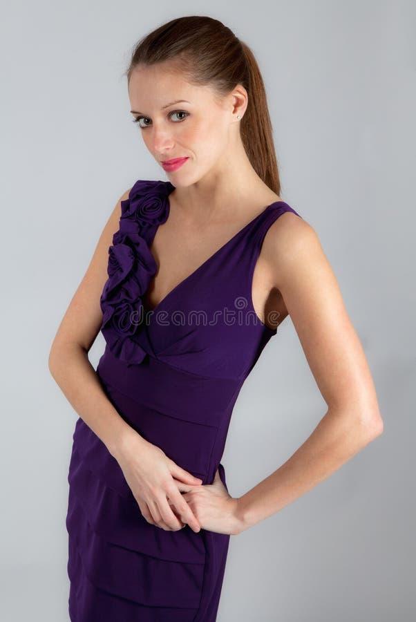Donna graziosa in vestito fotografia stock libera da diritti