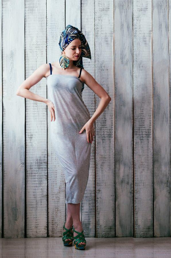 Donna graziosa in vestito grigio e foulard blu in un MANN africano fotografia stock libera da diritti