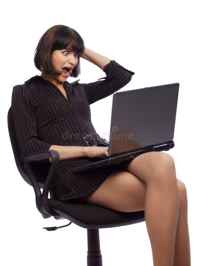 Donna gridata del brunette nella seduta scura del vestito fotografia stock libera da diritti